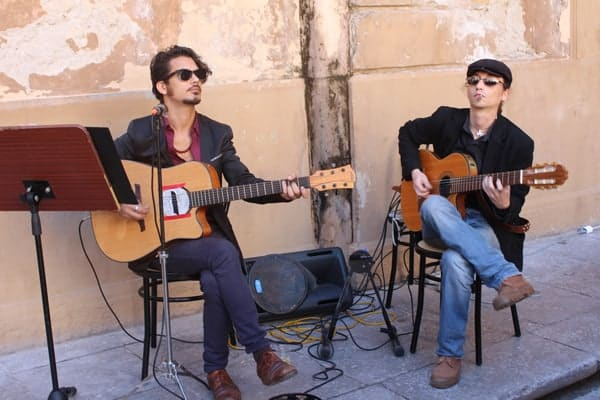 Lunchtime-entertainment-at-Osteria-dei-Vespri-restaurant-in-Palermo,-Sicily,-Italy