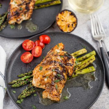 Two grilled cod filets with white wine.